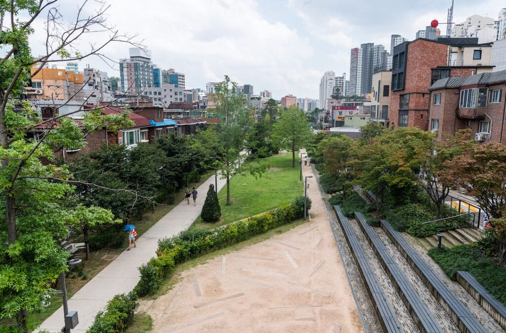 Лесной парк линии Кёнъисон, Сеул, Южная Корея